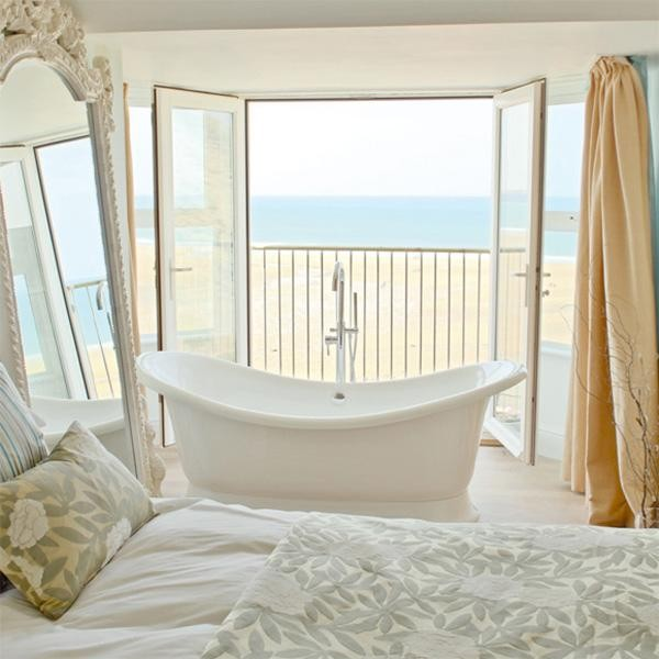 pokój kąpielowy, wanna przy balkonie