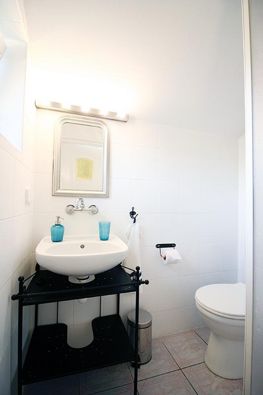 malowanie płytek, malowanie płytek DIY – metamorfoza łazienki bez remontu w Apartamencie Morskim